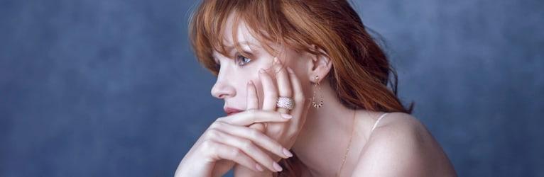 杰西卡•查斯坦(Jessica Chastain)佩戴钻石戒指和玫瑰金钻石耳环。