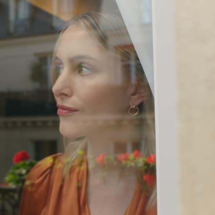 丽贝卡·劳雷佩戴Piaget伯爵玫瑰金钻石耳环