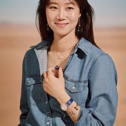 Kong Hyo Jin佩戴玫瑰金钻石坠饰与玫瑰金钻石腕表
