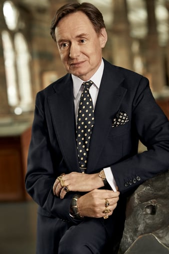 Nicholas Foulkes佩戴配备鳄鱼皮表带的ALTIPLANO至臻超薄陨石表盘腕表。